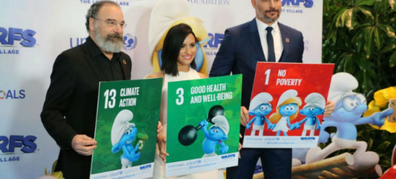 """Mandy Patinkin, Demi Lovato e Joe Manganiello na sede das Nações Unidas, em Nova Iorque, neste sábado para campanha """"Pequenos Smurfs, Grandes Objetivos"""" relacionada aos Objetivos de Desenvolvimento Sustentável e o Dia Internacional da Felicidade. Foto: M."""