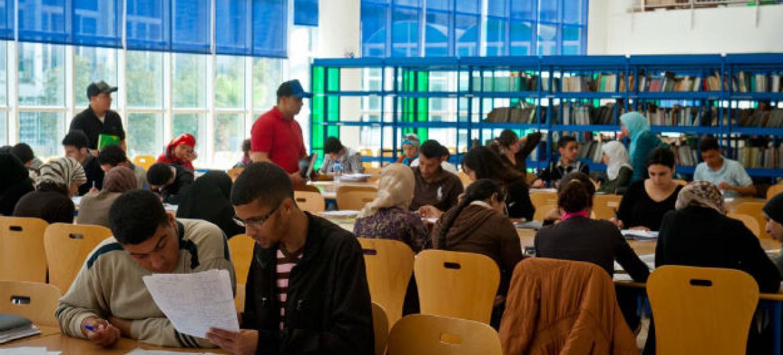 Estudantes em uma biblioteca universitária em Rabat, no Marrocos. Foto: Arne Hoel/ World Bank.