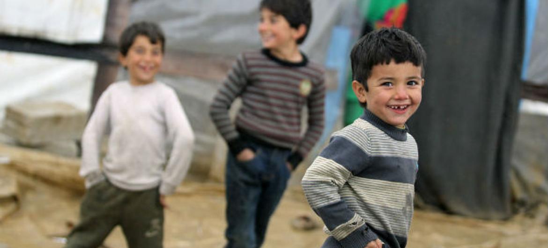 Crianças sírias refugiadas brincam em acampamento no Vale do Bekaa, no leste do Líbano. Foto: Unicef/Vanda Kljajo