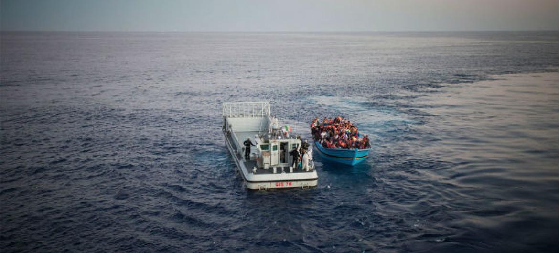 Pessoas arriscando suas vidas para chegar à Europa, a partir do Norte da África, são resgatadas no Mar Mediterrâneo pela Marinha italiana. Foto: Acnur/A. D'Amato
