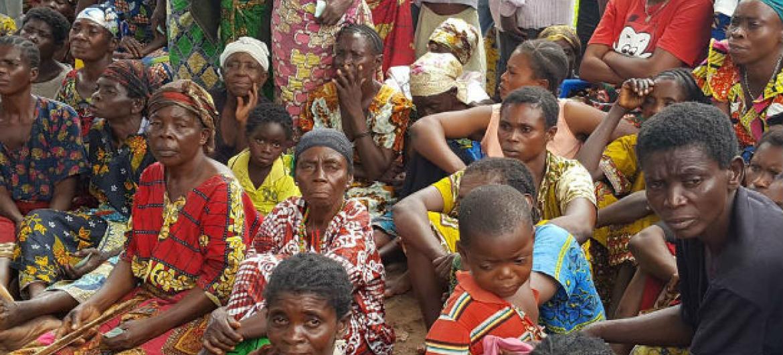 Deslocados congoleses daguardam entrega de alimentos. Foto: Joseph Mankamba/OCHA-DRC