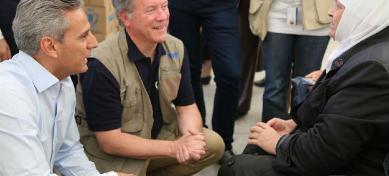 O diretor executivo do PMA, David Beasley (ao centro), e o diretor regional Muhannad Hadi (à esq.), conversam com Nagwan,uma mulher de 73 anos que foi deslocada de sua casa na Síria. Foto: PMA/Abeer Etefa