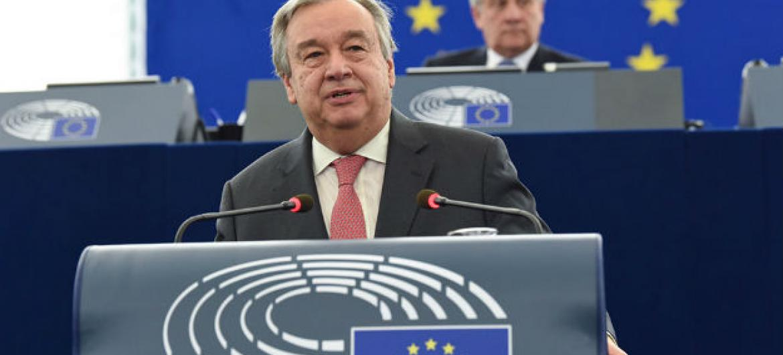 Secretário-geral da ONU, António Guterres, fala no Parlamento Europeu em Estrasburgo. Atrás dele está o Presidente do Parlamento Europeu, Antonio Tajani. Foto: União Europeia 2017- Fonte: Parlamento Europeu