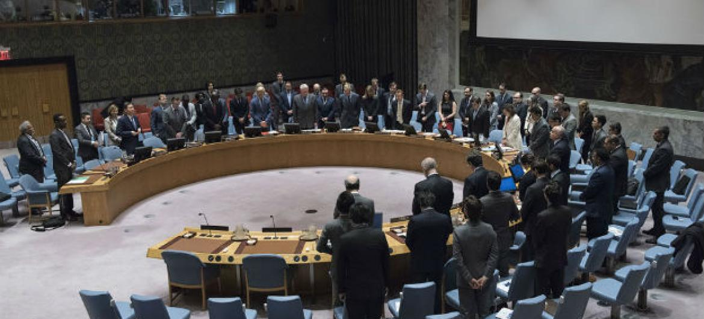 Membros do Conselho de Segurança observam um minuto de silêncio em homenagem às vítimas de ataque terrorista no Egito neste 26 de maio. Foto: ONU/Kim Haughton