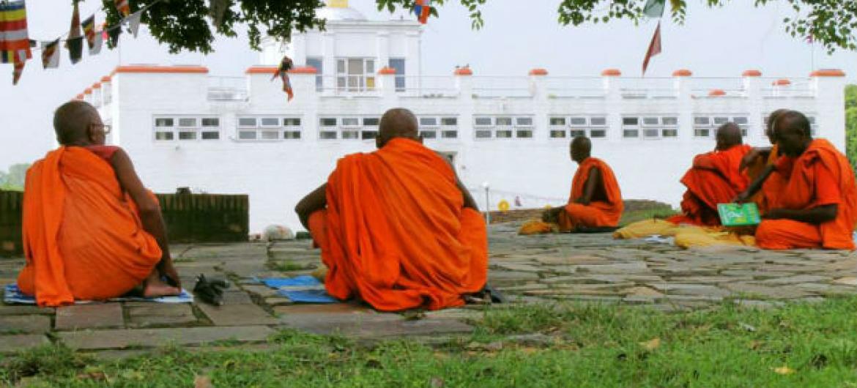 Monges budistas meditando no Templo Maya Devi em Lumbini, local de nascimento de Buda, no Nepal. Foto: UN News/Vibhu Mishra
