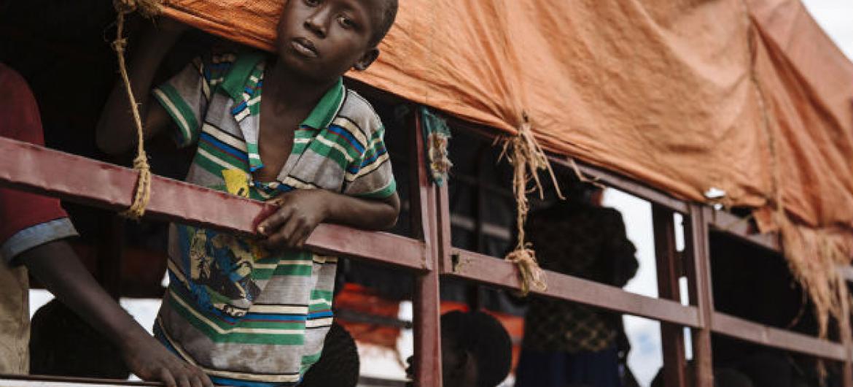 Jovem refugiado sul-sudanês a ser transportado para o acampamento de Imvepi, ao norte da Uganda. Foto: Acnur/David Azia