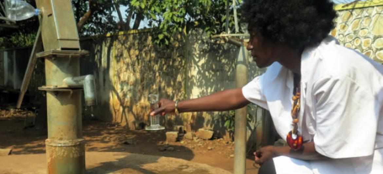 Hidrologista isotópica colhe amostras de água de poço em Bangui, na República Centro-Africana. Foto: Aiea/L. Gil