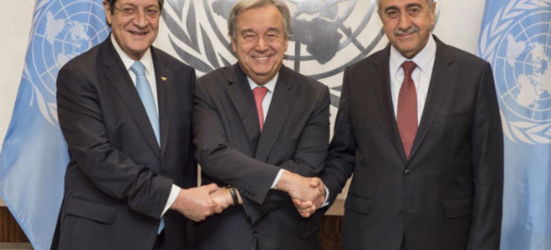 António Guterres com o presidente greco-cipriota, Nicos Anastasiades, (direita) e o líder turco-cipriota Mustafa Akinci (esquerda). Foto: ONU/Eskinder Debebe