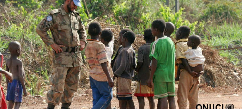 Soldado de paz da ONU com crianças na Côte d'Ivoire. Foto: ONUCI
