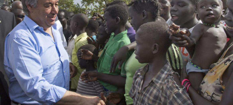 Secretário-geral da ONU, António Guterres, visita refugiados no acampamento de Imvepi, no nordeste de Uganda. Foto: ONU/JC McIlwaine