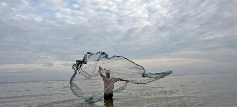 Pescador no Timor-Leste. Foto: ONU/Martine Perret
