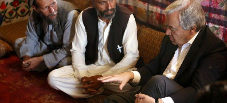 António Guterres reúne-se com refugiados nos arredores de Cabul. Foto: Unama