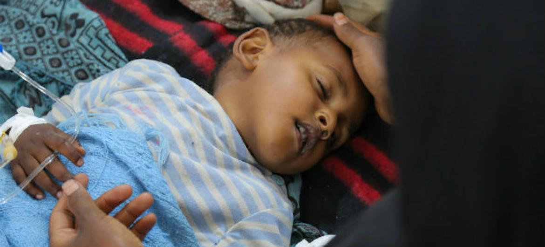 Criança recebe tratamento para combater o cólera no Iêmen. Foto: Unicef/UN065873/Alzekri
