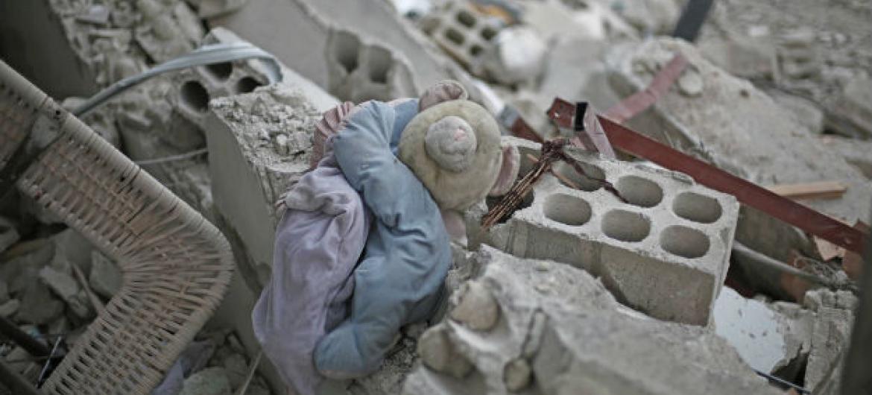 Um brinquedo de uma criança nos escombros de um prédio destruído na zona rural de Damasco, Síria. (arquivo) Foto: Unicef/Al Shami