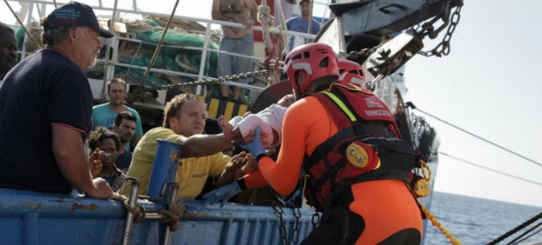 Guardas costeiros italianos resgatam migrantes e refugiados. Foto: OIM/Francesco Malavolta 2014