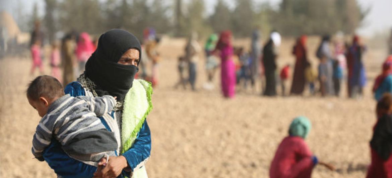 Na foto, crianças e adultos que fugiram de áreas controladas pelo Isil na zona rural de Raqqa para Ain Issa, a cerca de 50 kms ao norte da cidade. Foto: Unicef/Soulaiman (arquivo)