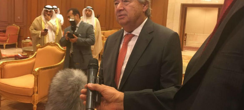 Secretário-geral da ONU fala com jornalistas no Kuwait. Foto: ONU/Stéphane Dujarric
