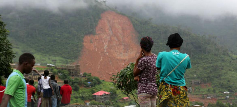 Na Serra Leoa, deslizamentos de terra causaram extremo sofrimento e perda de vidas. Foto: Unicef