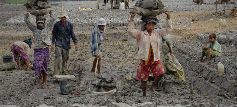 Local de construção em Mawlamyaingyun, Mianmar, em maio de 2013. Foto: OIT/ Crozet