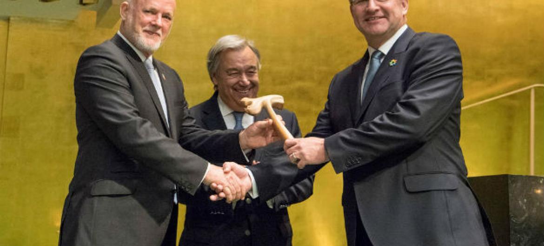 A 72ª sessão da Assembleia Geral das Nações Unidas nesta terça-feira. No encerramento da 71ª sessão, na segunda-feira, o presidente Peter Thomson, de Fiji, cumprimentou seu sucessor, Miroslav Lajčák, da Eslováquia. Ao centro, o secretário-geral da ONU, An