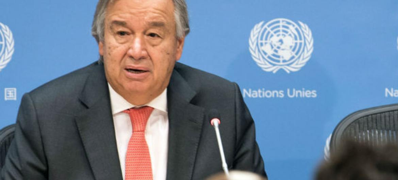 Secretário-geral da ONU, António Guterres, fala a jornalistas na sede da ONU, em Nova Iorque. Foto: ONU/Mark Garten