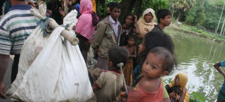 Recém chegados à área de Ukhiya, em Bangladesh, após atraverssarem a fronteira com o estado de Rakhine, em Mianmar. Foto: Acnur/ Vivian Tan