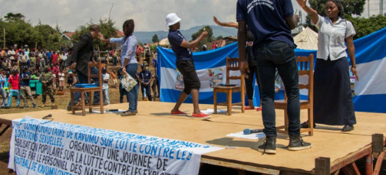 ONU trabalha com comunidades locais em United Kavumo, na República Democrática do Congo, para sensibilizar a população sobre a prevenção à exploração e abuso sexuais. Foto: Monusco/Alain Likota