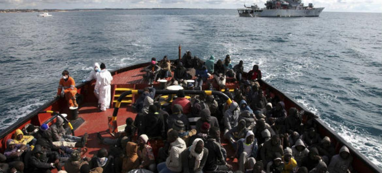 Cerca de 275 refugiados e migrantes esperando para desembarcar na Itália após terem sido resgatados poucos dias antes. Foto: Acnur/ F. Malavolta (arquivo)