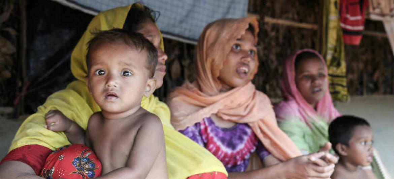Após fugirem de suas casas em Mianmar, estas famílias rohingyas estão no acampamento improvisado de Balukhali, em Cox's Bazar, Bangladesh. Foto: Ocha/Anthony Burke