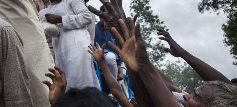 Refugiados Rohingya recebem doações no campo Kutupalong Makeshift Camp, em Cox Bazar, no Bangladesh. Foto: Unicef/Brown