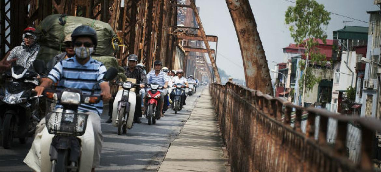 Motociclistas em Hanoi, Vietnã. Metade da população mundial vive em áreas urbanas. Foto: ONU/ Kibae