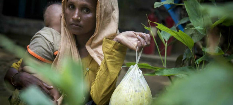 Mulher em Cox's Bazar, no Bangladesh, recebe ajuda alimentar da ONU e parceiros depois de fugir do Myanmar. Foto: PMA/Saikat Mojumder