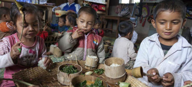 Laos: refeições nutritivas estão levando mais crianças a escolas. Foto: Banco Mundial/ Bart Verweij