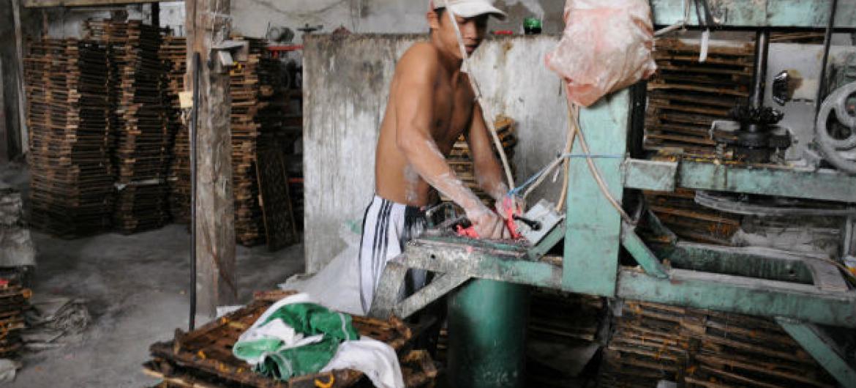Criança trabalha em uma fábrica na Indonésia. Foto: OIT/Asrian Mirza
