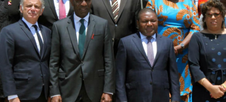Luiz Loures (o primeiro da esquerda para a direita) em Maputo com o presidente de Moçambique, Filipe Nyusi (centro) e membros do país. Foto: Luiz Loures