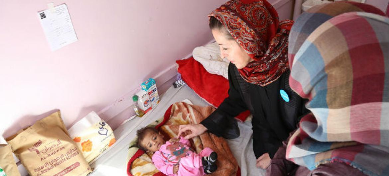 A representante do Unicef, Meritxell Relaño, visita crianças desnutridas no hospital Al-Sabeen, em Sanaa, no Iêmen. Foto: Unicef