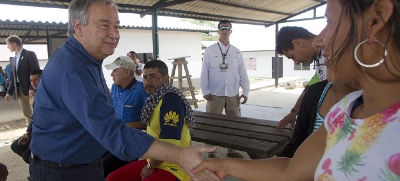 António Guterres cumprimenta moradores em visita a Metas. Foto ONU: Constanza García Rubio