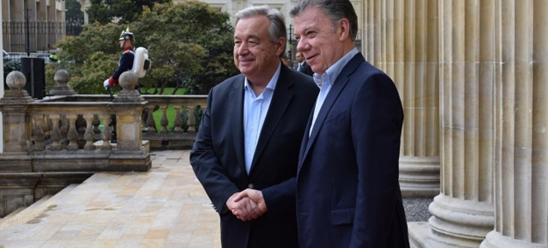 António Guterres é recebido pelo presidente da Colômbia, Juan Manuel Santos. Foto ONU / Constanza García Rubio