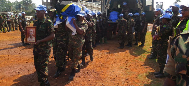 Cerimônia presta tributo aos boinas-azuis mortos em ataque. Foto: MONUSCO/Alain Coulibaly