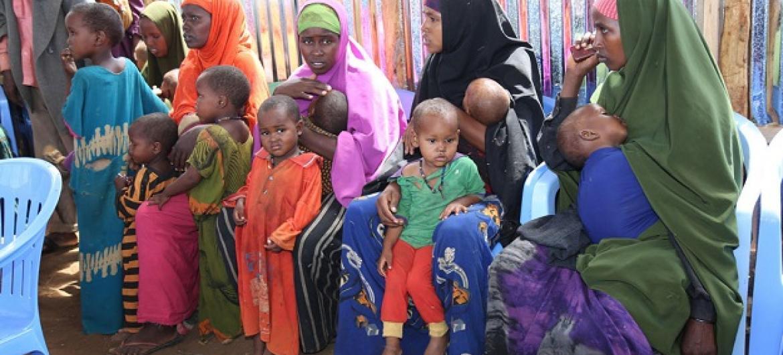 Mães aguardam sua vez perfiladas para vacinação em campanha apoiada pelo Unicef na área somali de Baidoa. Foto: ONU (Arquivo).