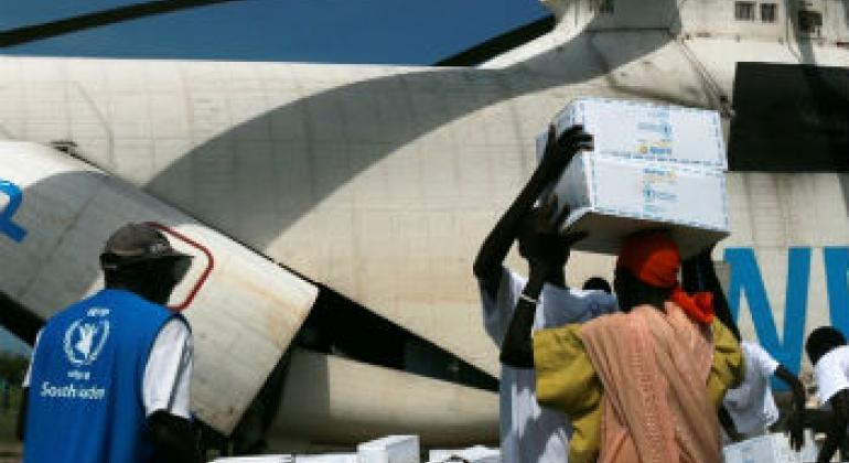 Helicóptero do PMA entrega alimentos a sul-sudaneses. Foto: PMA/George Fominyen