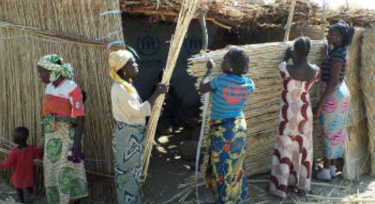Mulheres nigerianas constroem casa nos Camarões. Foto: Acnur/JM.Awono