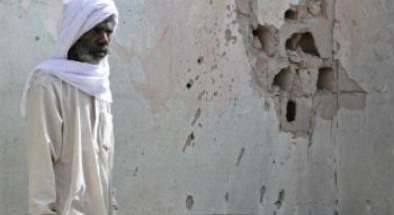 Morador vive no meio de destroços na Líbia.Foto: Irin/Zahra Moloo