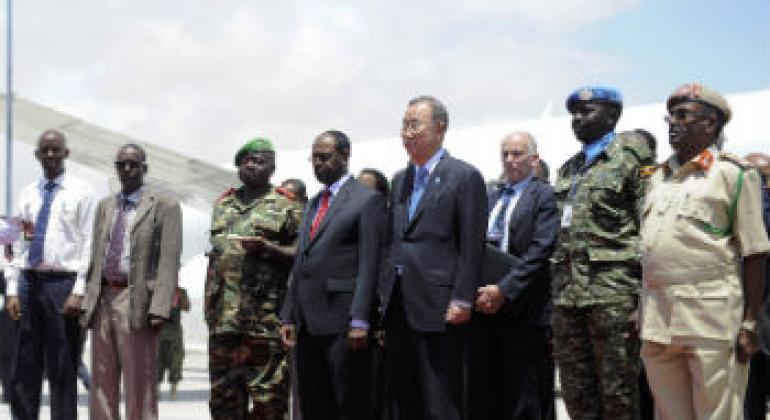 Ban Ki-moon (de gravata azul) em visita a Mogadíscio, na Somália, em outubro deste ano. Foto: ONU/Ilyas Ahmed