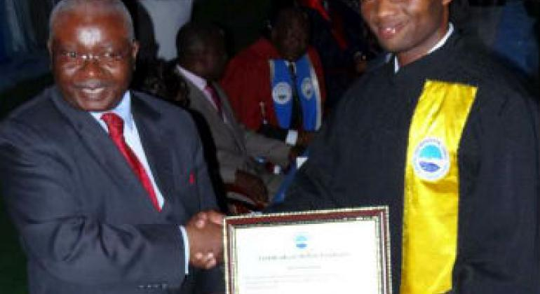 Nyankuru recebe diploma das mãos do presidente Guebuza. Foto: Arquivo pessoal