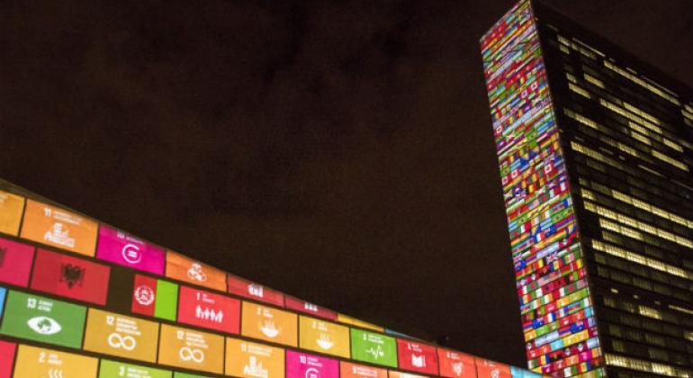 Sede da ONU em Nova Iorque iluminada com osObjetivos de Desenvolvimento Sustentável. Foto: ONU/Cia Pak