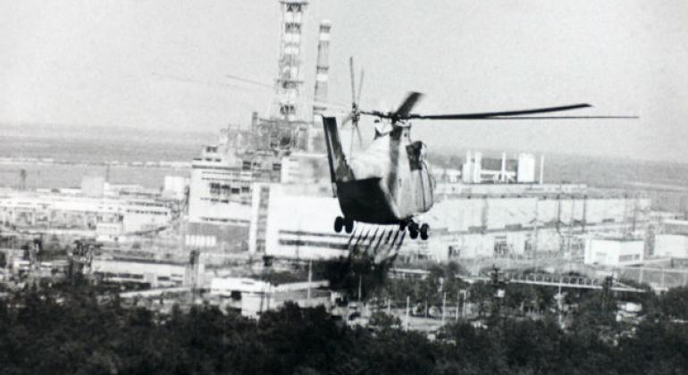 Helicóptero se aproxima da planta nuclear de Chernobyl para verificar os danos ao reator nuclear, em abril de 1986. Foto: Aiea
