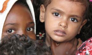 Decorre verificação de dados sobre as crianças. Foto: PMA/Fares Khoailed