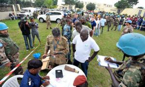 Oficiais da Unoci conduzem operação de desarmamento, desmobilização e reintegração com ex-combatentes em Abidjan, em fevereiro de 2012. Foto: ONU/Hien Macline (arquivo)
