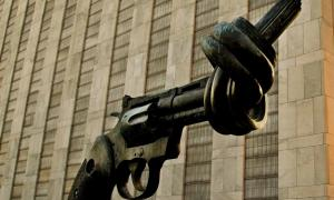 Escultura Arma em Nó do artista sueco Carl Fredrik Reutersward exibida na entrada de visitantes da ONU. Foto: ONU/Rick Bajornas.